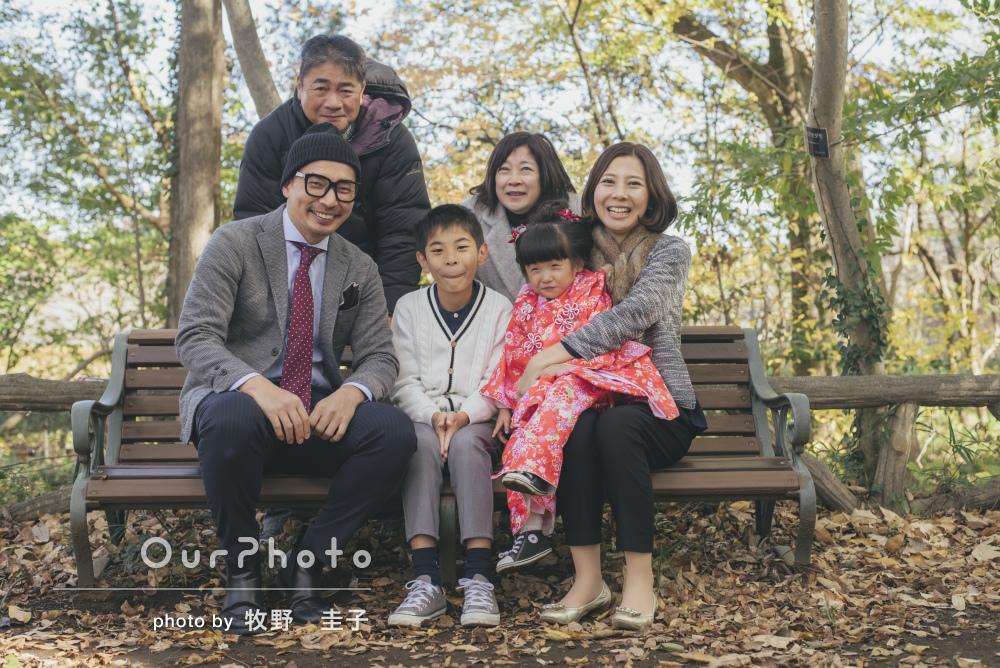 公園にて家族の温もりを感じる3歳七五三の記念撮影