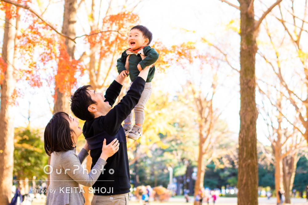 「いつも通りの自然体の写真」紅葉の中で笑顔で溢れる家族写真の撮影