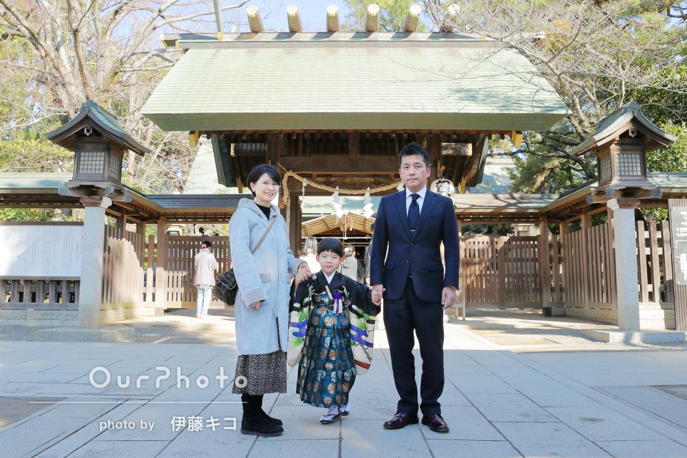 親子三人仲良く手を繋いで、羽織袴が素敵な男の子の5歳七五三参りの撮影