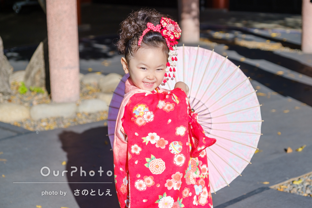 パパとママも和装で、赤い着物の女の子の色彩豊かな3歳七五三撮影