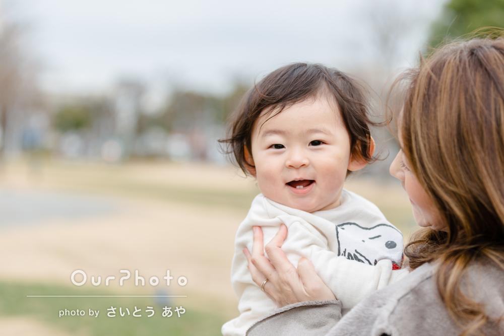冬の公園で遊ぶ仲良し親子の日常を切り取った素敵な家族写真の撮影