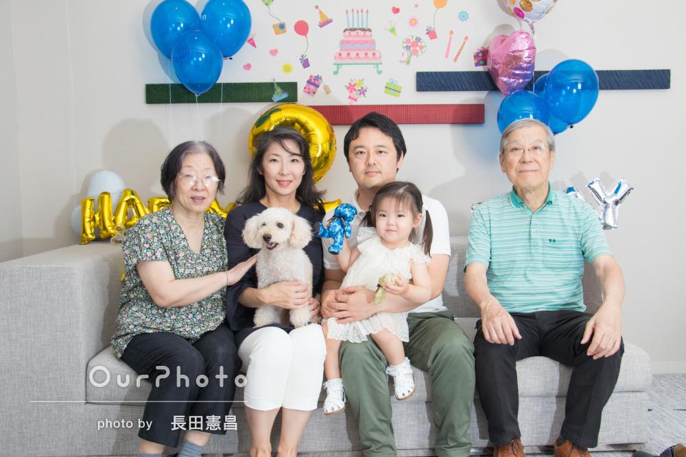 ケーキとプレゼントにワクワク!2歳のお誕生会でご家族の撮影