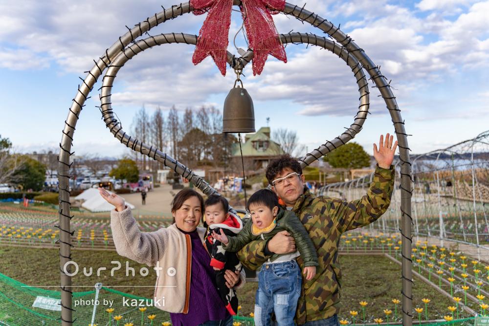 さまざまな映える景色の中で仲良し家族の楽しい写真撮影