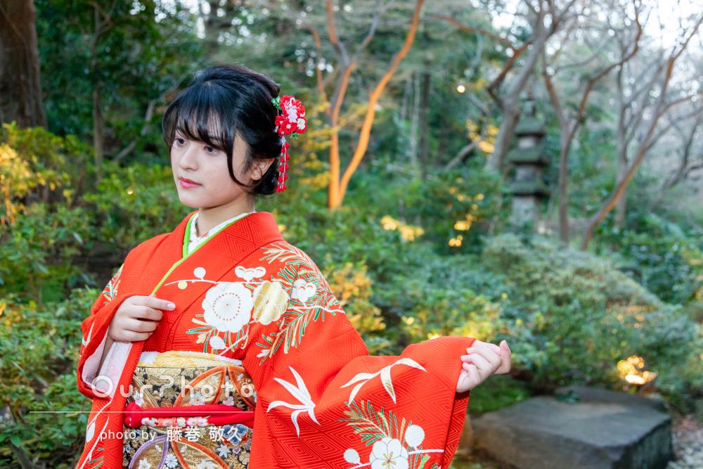 わびさびの庭園を背景に華やかな振袖でお祝いする成人式の撮影