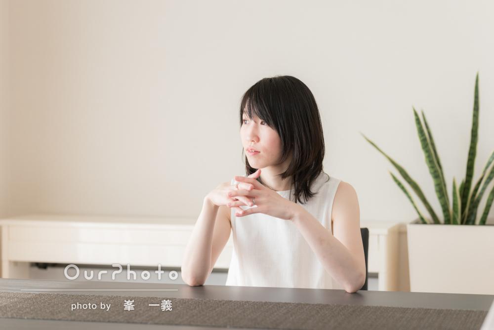 「納品も迅速に」白を基調とした澄んだ雰囲気のプロフィール写真の撮影