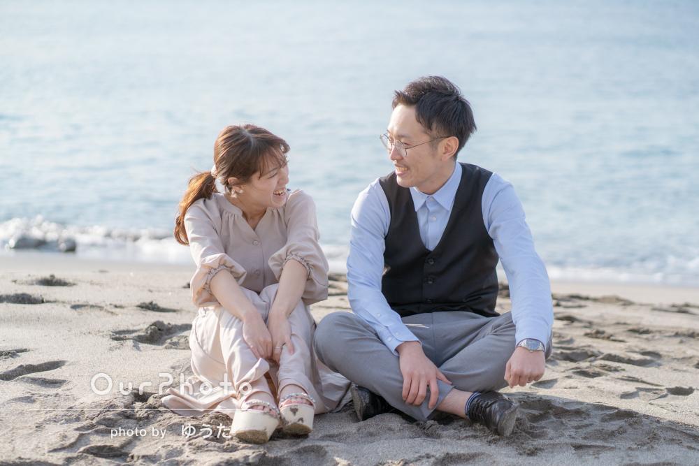 「こちらの要望通り」冬の海辺でカップルのエンゲージメントフォト撮影