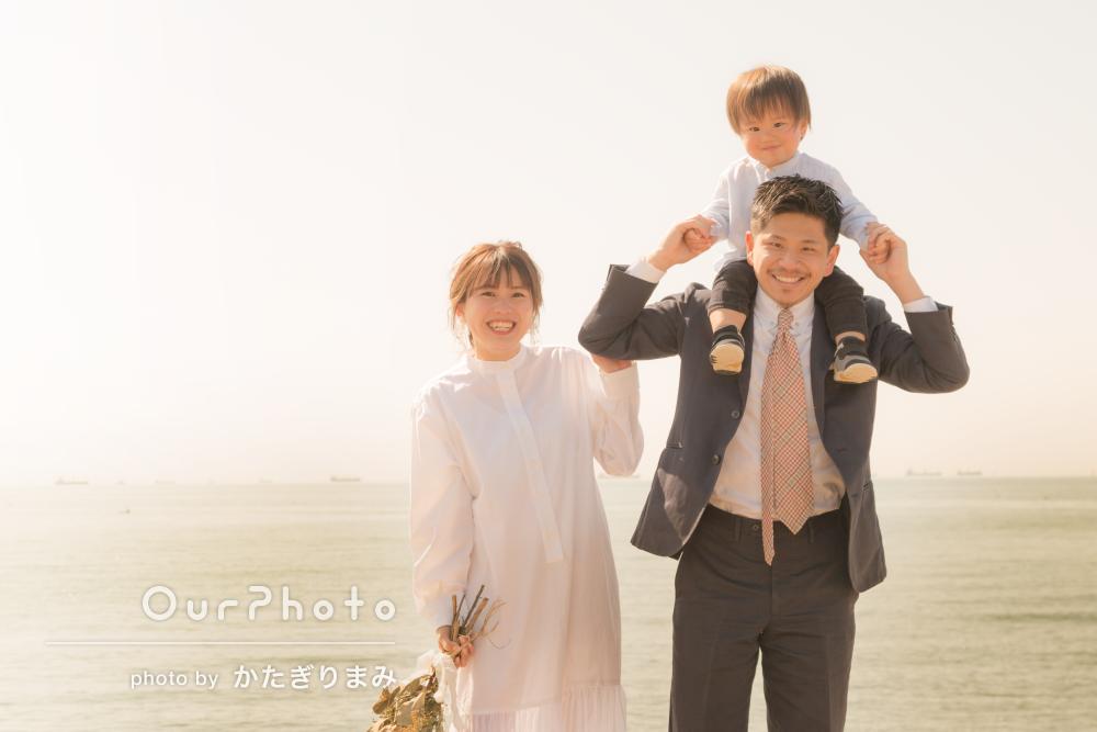 幸せな笑顔がキラキラ輝く結婚式の前撮りを兼ねた家族写真撮影