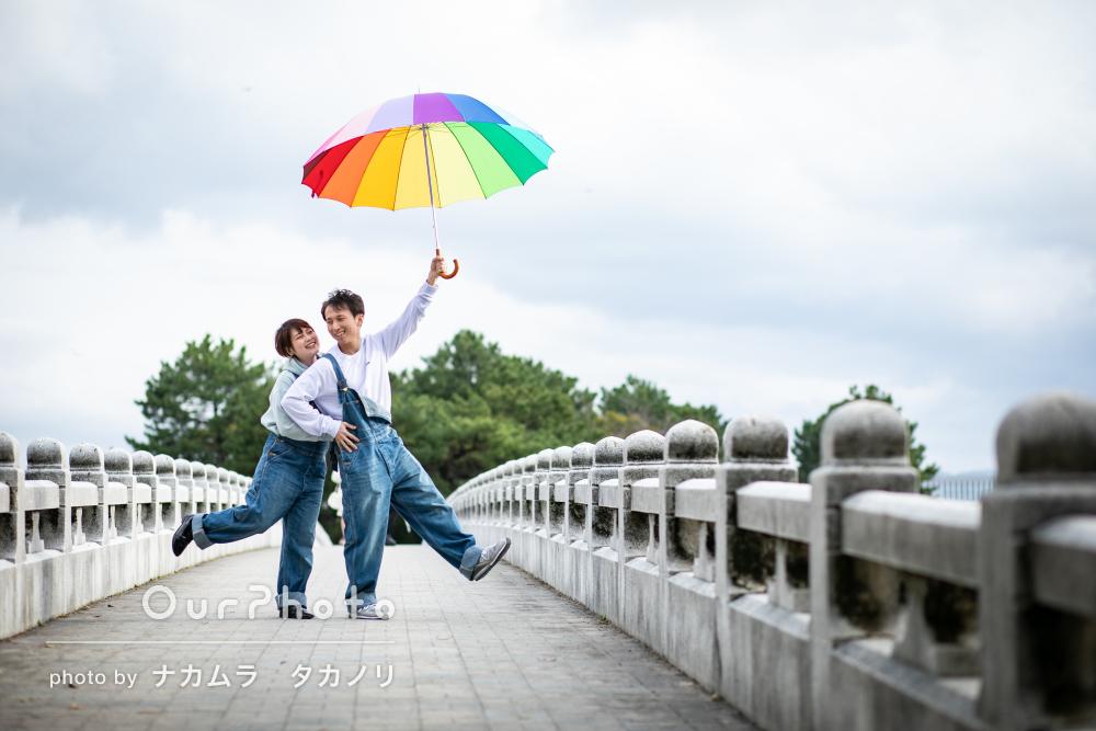 虹色の傘とオーバーオールが素敵な幸せいっぱいカップルフォトの撮影
