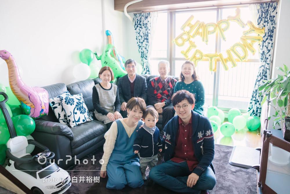 家族が集まり自宅でお祝いするお子様の1歳誕生日の記念撮影