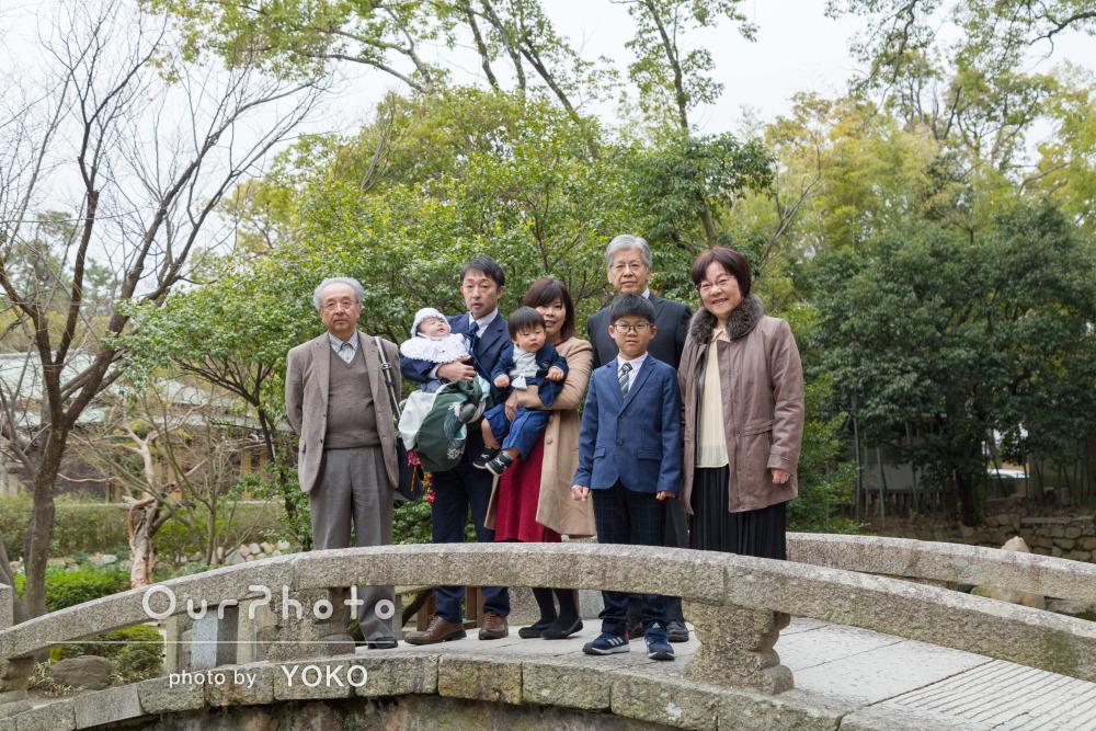 「素敵な写真」緑のある神社で祖父母や兄弟も一緒にお宮参りの撮影