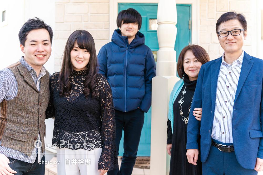 大人になっても仲良し!ニコニコ笑顔が輝く家族写真の撮影
