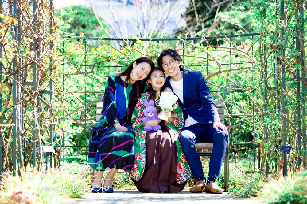 モダンな袴姿がおしゃれ!春の訪れを感じる公園で卒業記念の家族写真