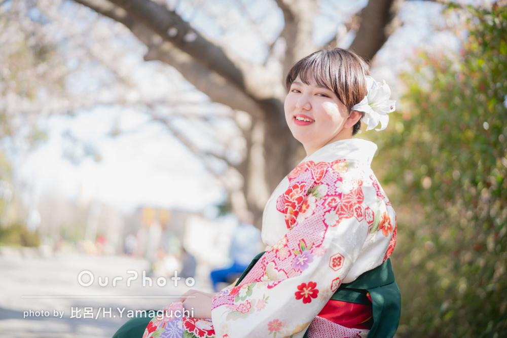 見ごたえのある桜と鮮やかな袴姿が美しい卒業記念写真の撮影