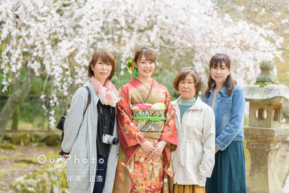 歴史のある神社にて鮮やかで美しい朱色の振袖で成人式の写真撮影