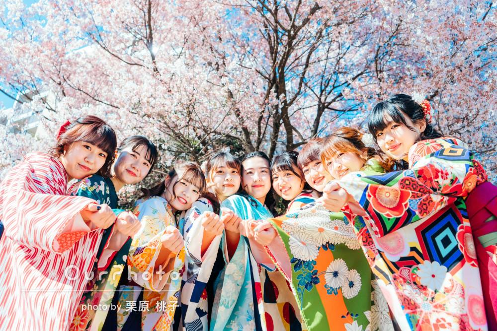 カラフルな袴が青空や桜の背景に映えて華やか!卒業式の友フォトの撮影