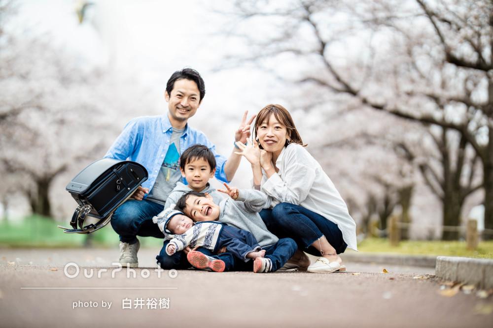 桜のトンネルの下で家族の笑顔も満開!入学祝いの家族写真撮影