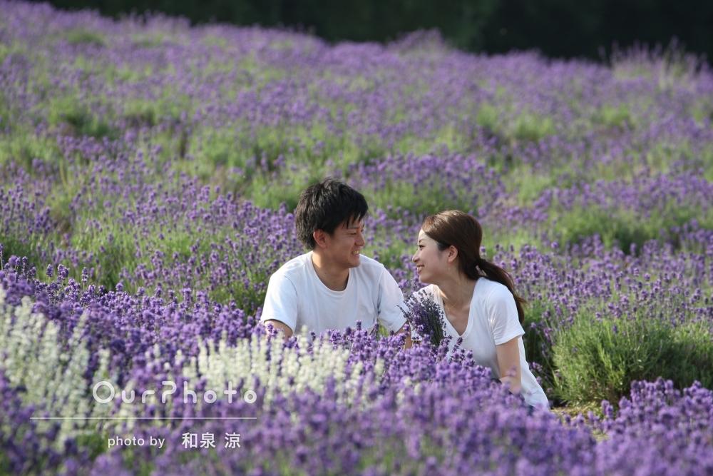 「とっても素敵な写真ありがとうございます!!」満開のラベンダー畑の中で、エンゲージメントフォトの撮影