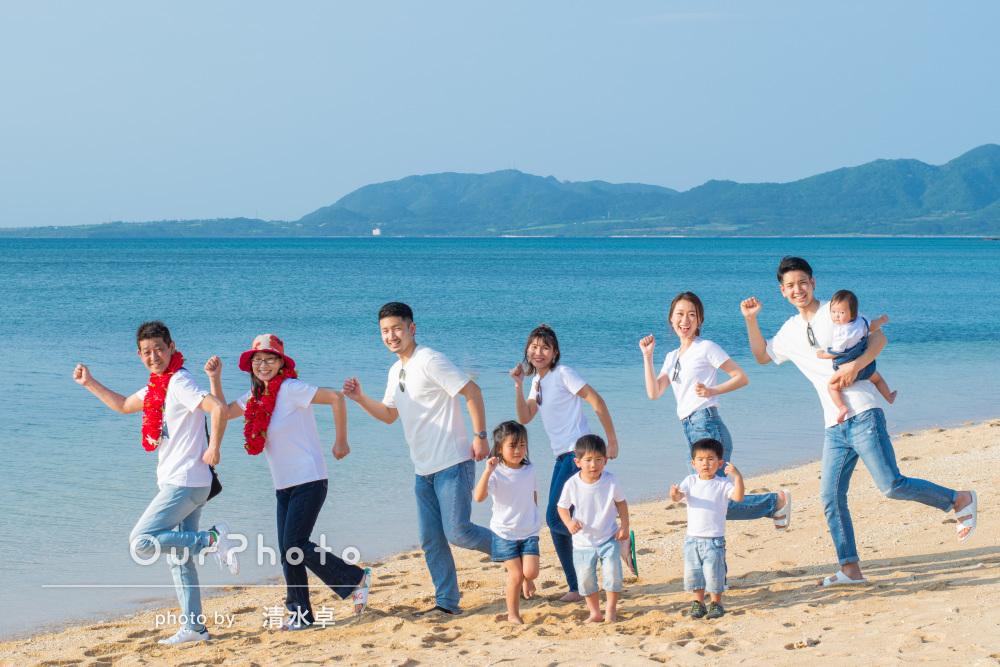 10人で青い海へGO!春の沖縄を満喫する家族旅行の撮影