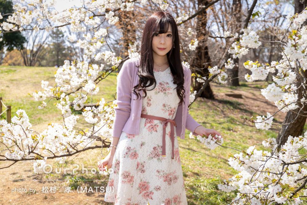 桜を背景にふんわりとした印象の女性プロフィール写真の撮影