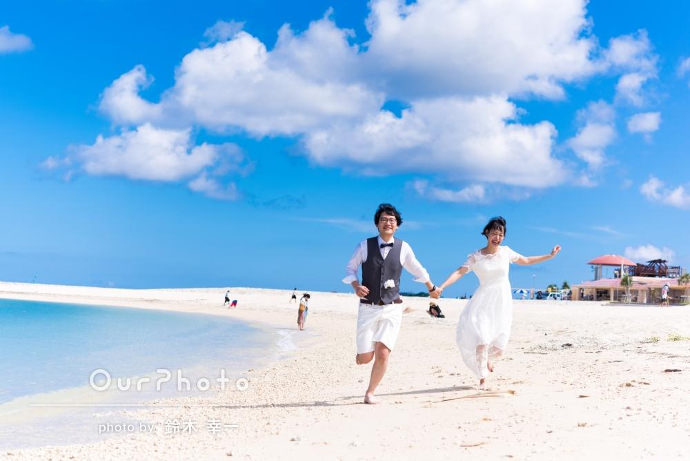 「楽しい話をしながら撮ってもらったので、リラックスしてとても楽しい撮影会でした!」青い海と空を背景に、結婚式の前撮り