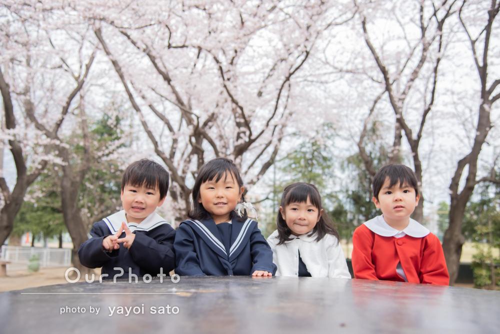 ずっと友達でいようね!桜咲く公園でお友達との記念撮影