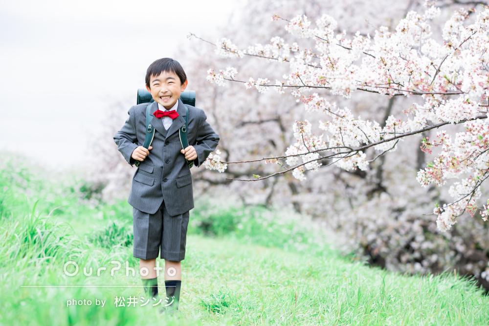 春の花に囲まれて!ピカピカのランドセルが眩しい新一年生の撮影