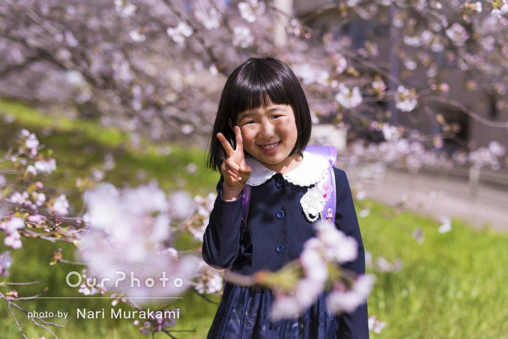 はにかんだ笑顔が可愛らしい新一年生!入学記念の家族写真撮影