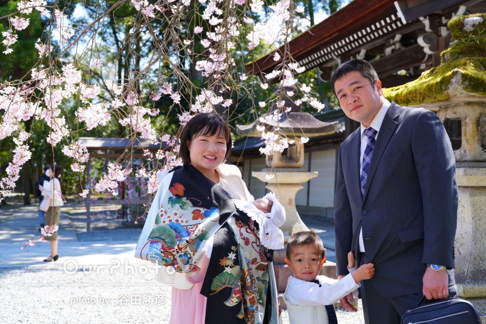 「一生の記念です」桜が咲き誇るなか家族でお宮参りの記念撮影