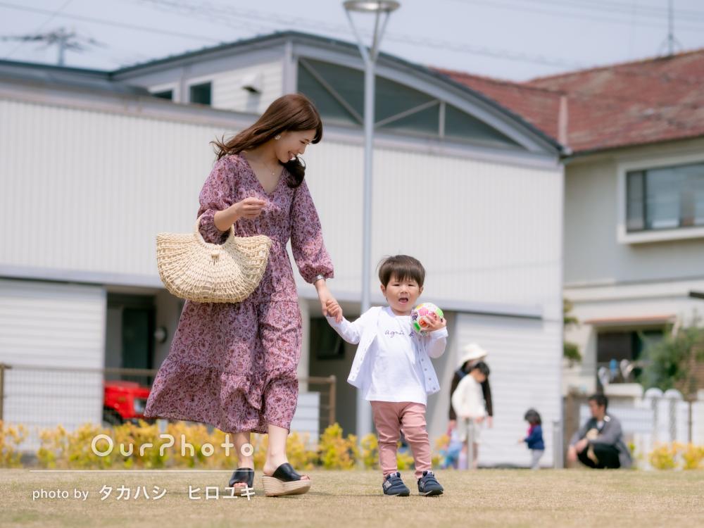 ママと可愛い男の子が仲良くお散歩!明るい雰囲気の家族写真の撮影