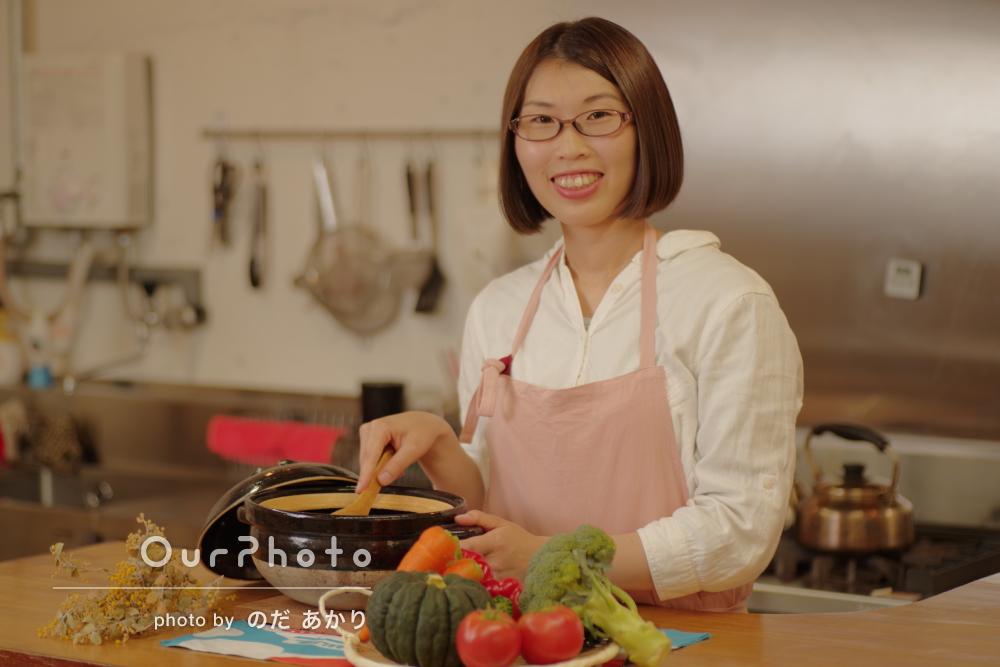 「自然と笑顔になる雰囲気を」キッチンで女性プロフィール写真の撮影