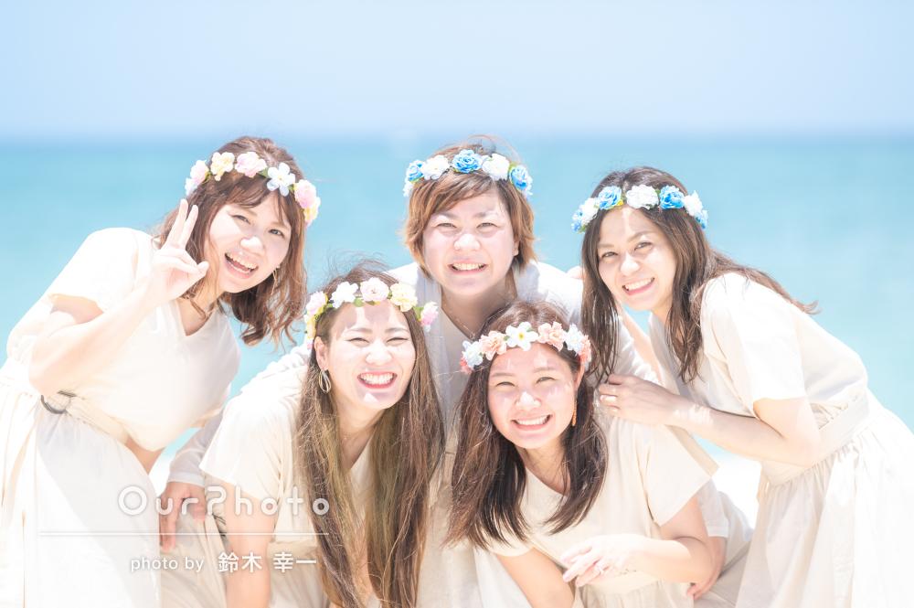 青い海に花冠や白のワンピースが映える!リンクコーデで友フォトの撮影