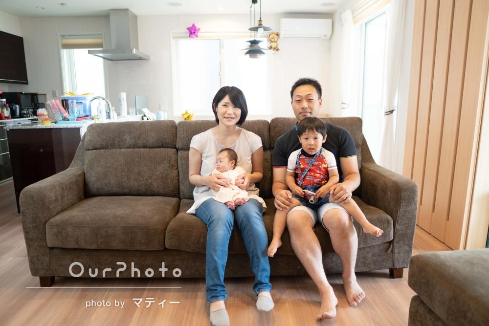 「スタジオ撮影のようなアイデア」赤ちゃんの誕生を祝う家族写真の撮影