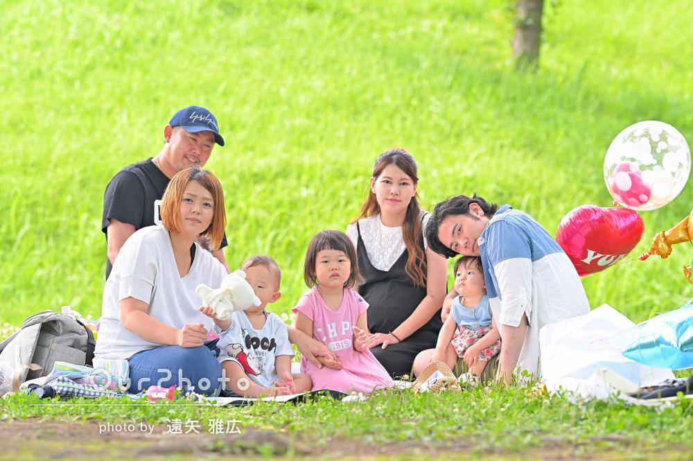 みんなで公園に集まって!バースデーのお祝いを兼ねた家族写真の撮影