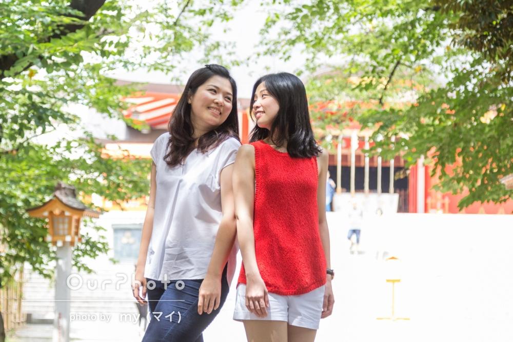 赤と緑がとっても綺麗!海外からいらっしゃったご友人おふたりで、日本的な神社にてプロフィール写真の撮影