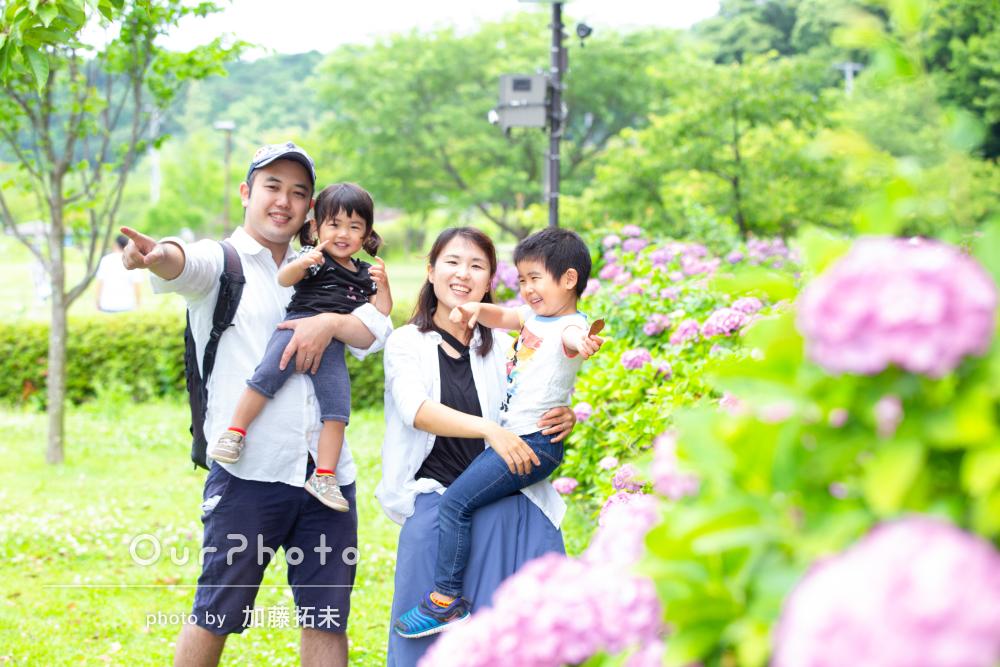 お子様ふたりの「笑顔のかわいい写真」楽しい雰囲気で家族写真の撮影
