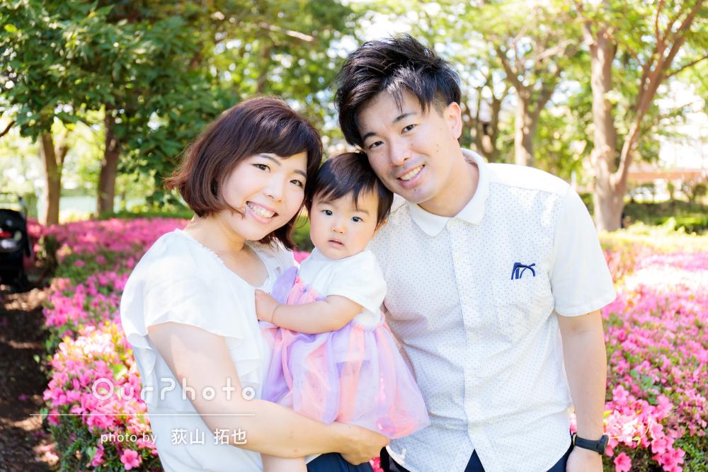 お花でカラフルに彩られた公園で1歳のお誕生日記念の家族写真の撮影