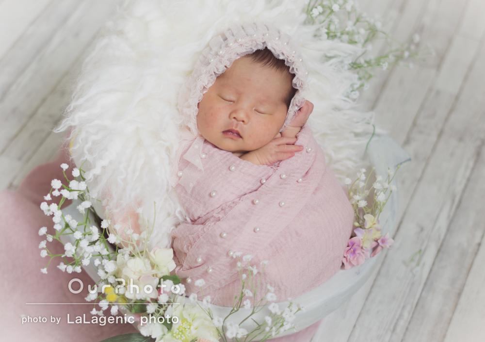 柔らかな色合いと赤ちゃんの寝顔が素敵なニューボーンフォトの撮影