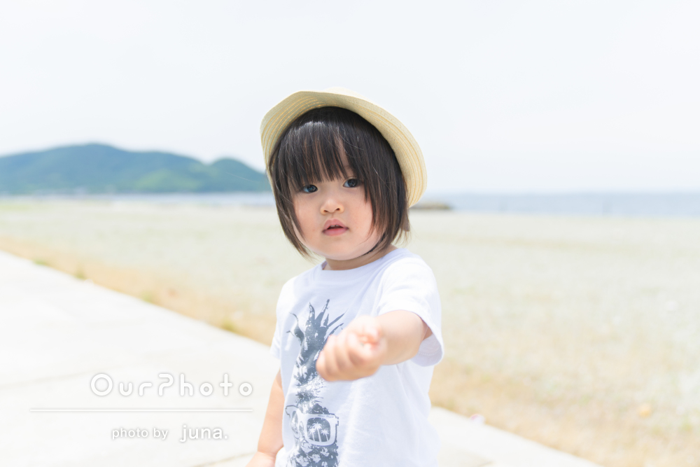 「自然な娘の姿が撮れてよかったです」芝生や海辺で遊ぶ家族写真の撮影