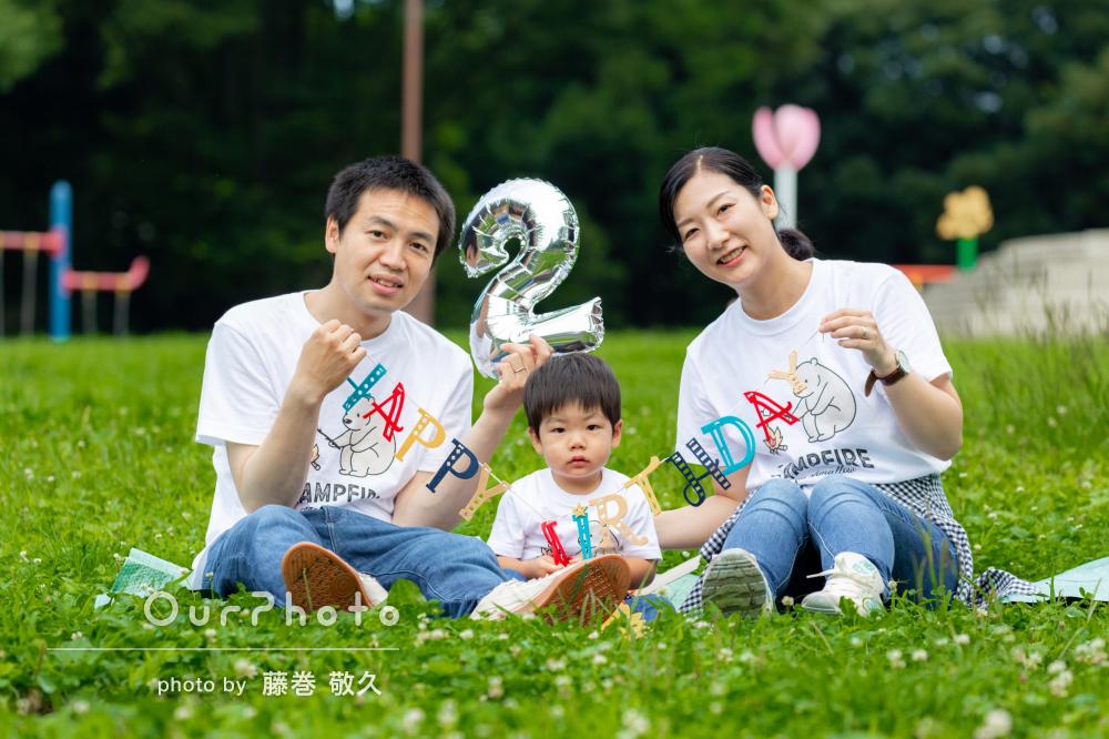 「自然の中での爽やかな写真が素敵」2歳の誕生日記念に家族写真の撮影