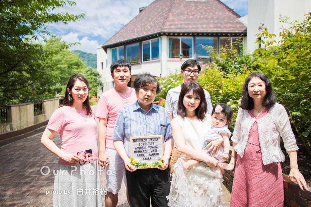 「ほんとに可愛い写真、空の青と新緑の緑が素敵」家族写真の撮影