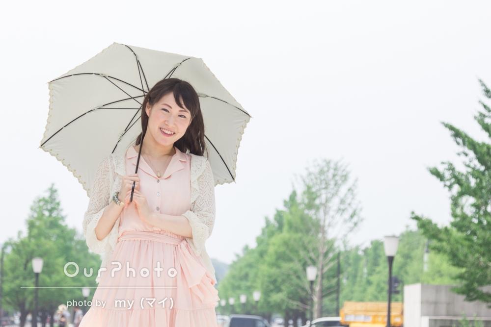 笑顔弾ける!モデルになった気分で、都会の公園でのプロフィール写真の撮影