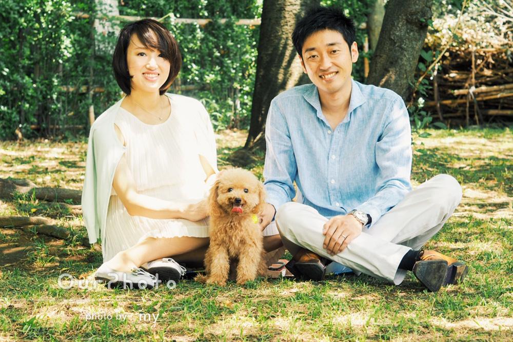 散歩しながらペットと一緒に家族写真