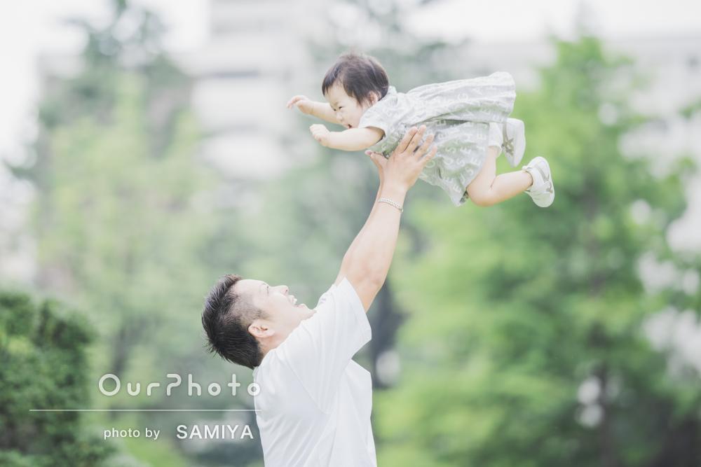 「ピント、光の加減と自然の背景を上手く使い」家族写真の撮影