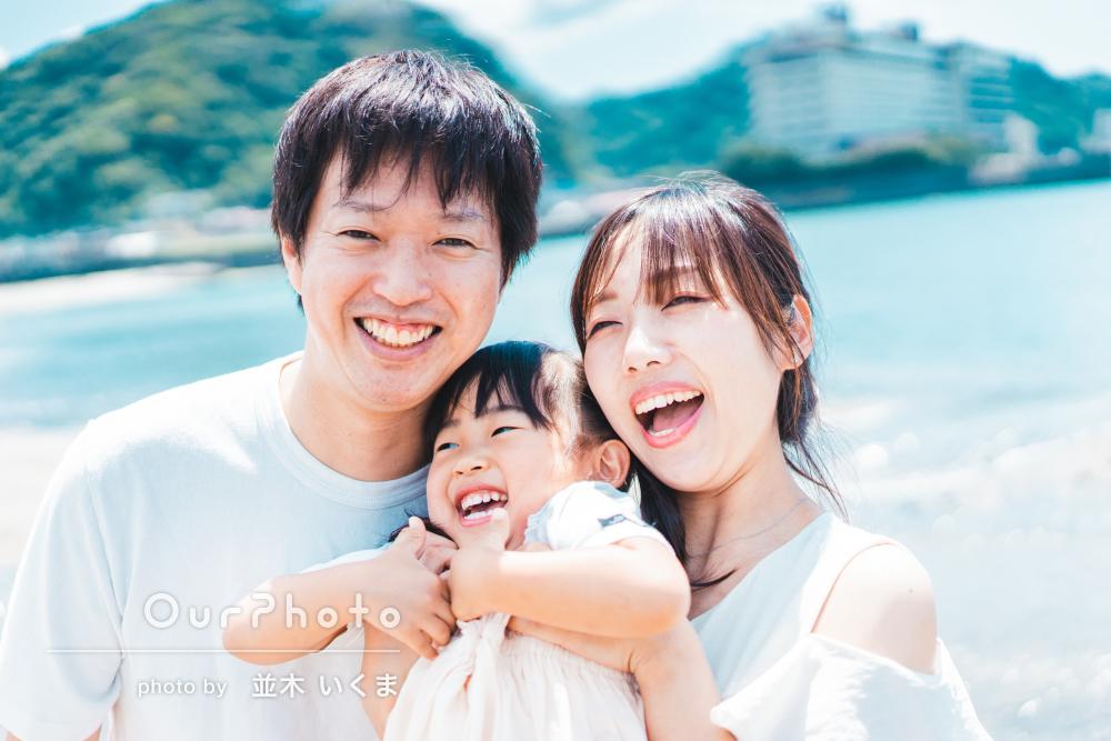 「終始リラックスして」砂浜で子どもと遊びながら!家族写真の撮影