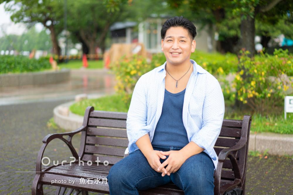 雨の日でも晴れやかな笑顔で!男性プロフィール写真の撮影