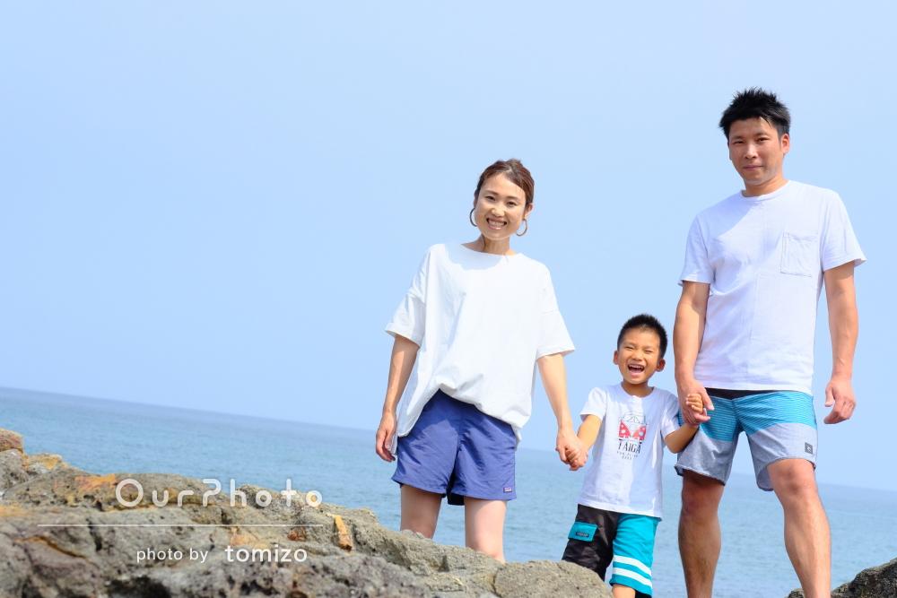 青い空と青い海!笑顔がキラキラ輝く海岸での家族写真の撮影