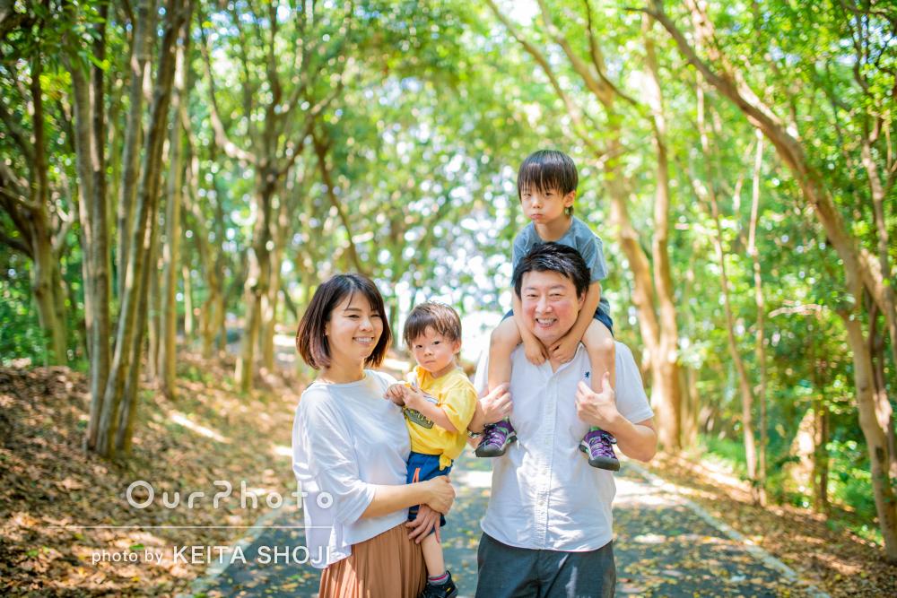「子供たちの自然な表情をたくさん」緑の中で楽しい家族写真の撮影