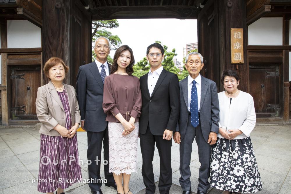 一生の宝物に!晴れやかな笑顔で両家顔合わせ食事会の家族写真の撮影