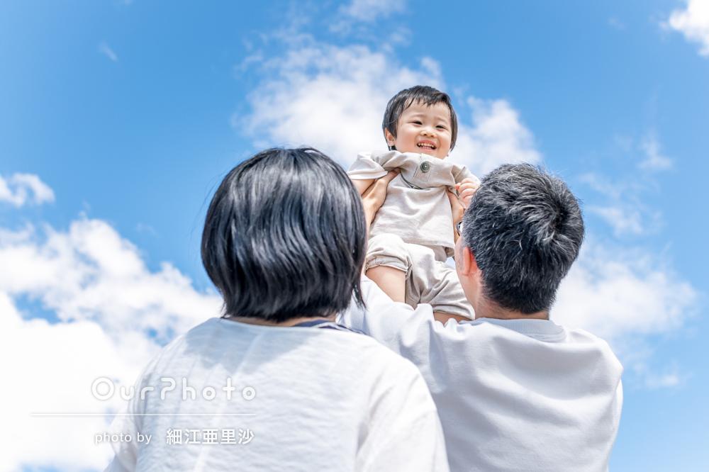 「短時間で息子のハートを掴んでる!」ダイナミックな構図の家族写真撮影