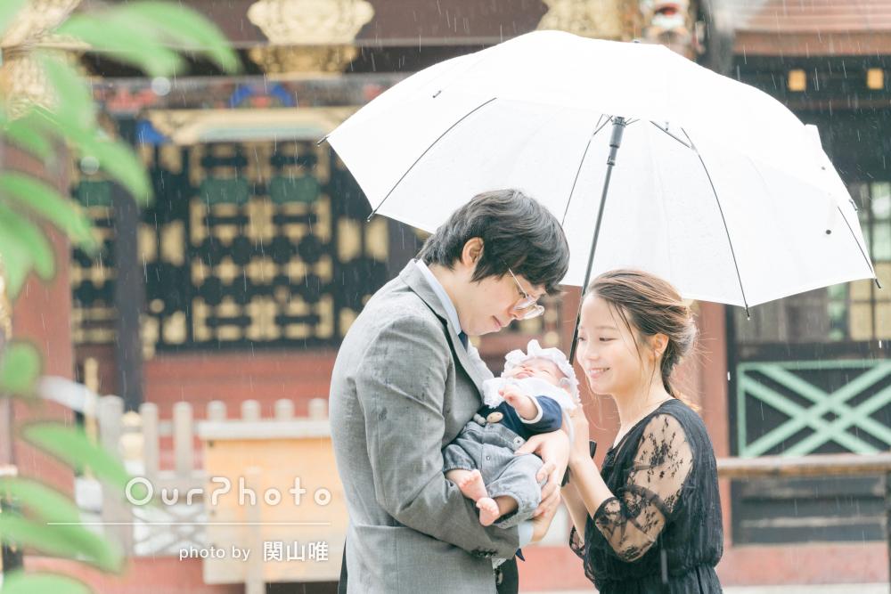 明るく優しい雰囲気が素敵な写真!雨の日のお宮参りの撮影